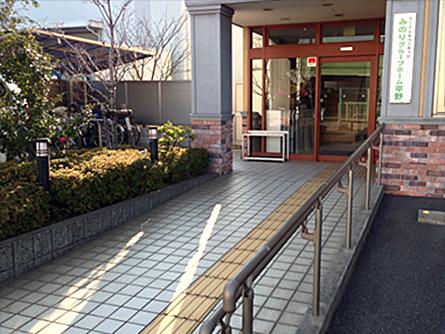 玄関アプローチはスロープを完備。車椅子でもスムーズです。